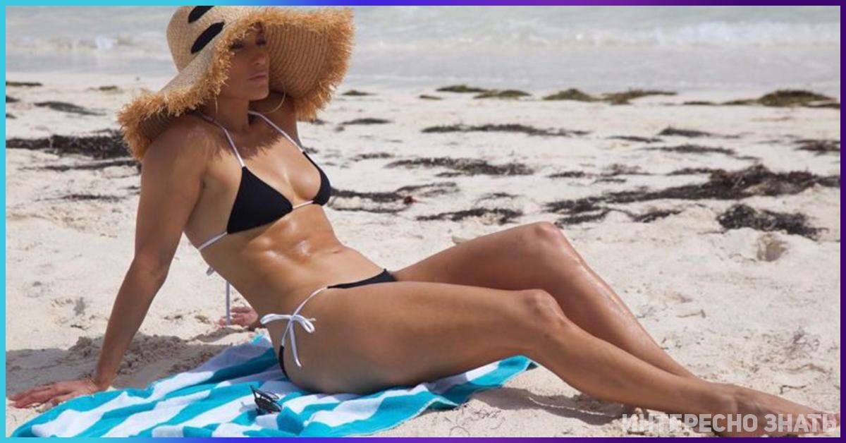 В сети обсуждают фигуру в мини-бикини 49-летней Дженнифер Лопес